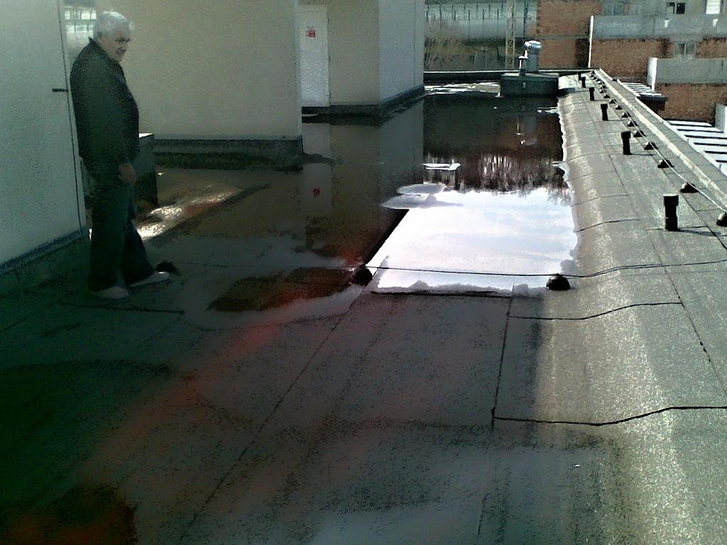 Plochá střecha z konce 60. let byla beze spádu, mnohokrát opravovaná.